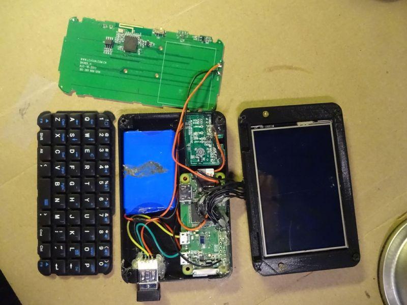 下载用于Waveshare显示器的预制系统镜像。 3.使用Etcher,将系统镜像写入到Micro SD上。 4.将卡插入Pi,打开电池然后静待佳音。 5.如果一切顺利进行,说明你的安装没错。如果有问题,请仔细检查所有焊点和接线。 6.将蓝牙键盘与Pi配对。这意味着稍后我们不必访问键盘上的配对按钮,并且每次启动时都会自动连接。 缩小键盘大小,并将其焊接到树莓派   对于Pi-Micro的键盘,我们将使用电池的迷你蓝牙键盘,然后将其焊接到Pi。 1.